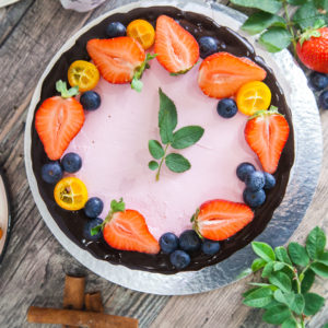 клубнично-шоколадный торт